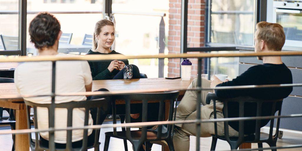 Unge mennesker ved bord